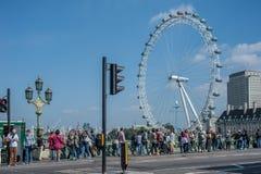 威斯敏斯特桥梁的游人在伦敦 免版税图库摄影