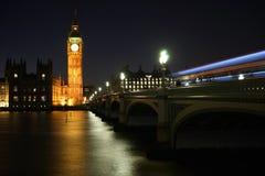 从威斯敏斯特桥梁看见的大本钟在晚上 库存图片
