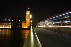 从威斯敏斯特桥梁看见的大本钟在晚上 免版税库存照片