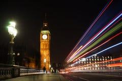 从威斯敏斯特桥梁看见的大本钟在晚上 库存照片