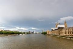 从威斯敏斯特桥梁,伦敦,英国的惊人的全景 图库摄影
