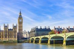 威斯敏斯特议会桥梁和议院与泰晤士河的 库存图片