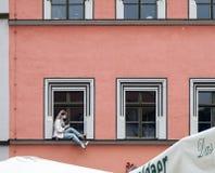 威玛, GERMANY/EUROPE - 9月14日:时装模特坐w 免版税图库摄影