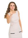 威胁与手指的严重的少妇 免版税库存图片