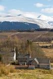 威廉堡,苏格兰- 2013年3月:往苏格兰客栈和山的看法在背景中 库存照片