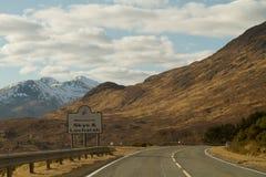 威廉堡,苏格兰- 2013年3月:从汽车的一个看法有在路的标志的 库存照片