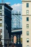 威廉斯堡桥梁在两个房子之间的曼哈顿布鲁克林 库存照片