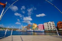 威廉斯塔德,库拉索岛- 2015年11月1日:女王埃玛桥梁是横跨圣安那海湾的一座舟桥 库存照片