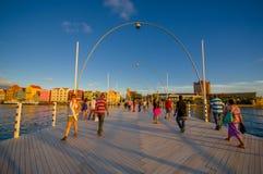 威廉斯塔德,库拉索岛- 2015年11月1日:女王埃玛桥梁是横跨圣安那海湾的一座舟桥 图库摄影