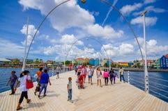威廉斯塔德,库拉索岛- 2015年11月1日:女王埃玛桥梁是横跨圣安那海湾的一座舟桥 库存图片