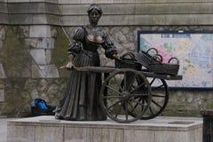 娘娘腔的男人在萨福克街道上的玛隆雕象在中央都伯林 爱尔兰 免版税库存图片