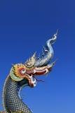 娜卡或蛇雕象开头嘴蓝色头有蓝天背景 免版税库存图片