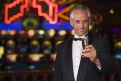 娱乐场香槟饮用的人无尾礼服 库存照片