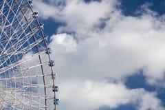 娱乐游乐园反对蓝天的弗累斯大转轮 免版税库存图片