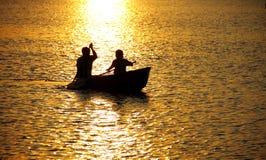 荡桨在湖。 库存图片
