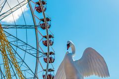 娱乐ferris晚上公园向量轮子 弗累斯大转轮和塑料天鹅 库存照片
