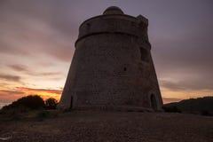 婆罗双树Rossa中世纪塔在日出的在伊维萨岛 免版税库存图片