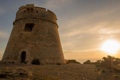 婆罗双树Rossa中世纪塔在日出的在伊维萨岛 免版税库存照片