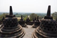 婆罗浮屠寺庙, Java,忽略风景的印度尼西亚Stupas  免版税库存图片
