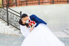 结婚和跳舞他们的第一个舞蹈的美好的白种人夫妇 库存图片