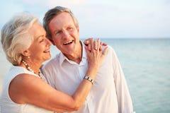 结婚在海滩仪式的资深夫妇 免版税库存图片