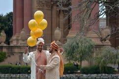 结婚在艺术剧院宫殿的快乐夫妇在圣 免版税库存图片