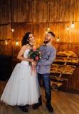 婚姻仿照岩石样式 摇摆物或骑自行车的人婚礼 有时髦的皮夹克的人 它` s岩石` n `卷婴孩 甜 图库摄影