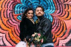 婚姻仿照岩石样式 摇摆物或骑自行车的人婚礼 有时髦的皮夹克的人 它` s rocknroll婴孩 甜点 库存图片