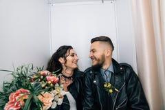 婚姻仿照岩石样式 摇摆物或骑自行车的人婚礼 有时髦的皮夹克的人 它` s rocknroll婴孩 的treadled 免版税库存图片