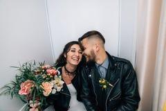 婚姻仿照岩石样式 摇摆物或骑自行车的人婚礼 有时髦的皮夹克的人 它` s rocknroll婴孩 的treadled 库存图片