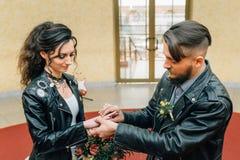 婚姻仿照岩石样式 摇摆物或骑自行车的人婚礼 图库摄影