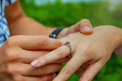 婚姻和给的圆环婚礼提议 免版税库存图片
