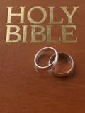 婚姻圣经休息的环形 免版税图库摄影