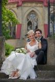 婚姻夫妇坐的台阶 免版税库存图片