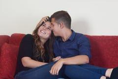 婚姻愉快在红色长沙发 免版税库存图片