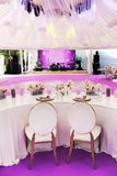 婚姻或另一朵承办宴席的事件晚餐和大张纸花的表集合 免版税库存图片