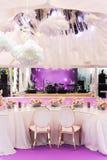 婚姻或另一朵承办宴席的事件晚餐和大张纸花的表集合 免版税库存照片
