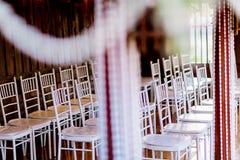 婚姻或另一顿承办宴席的事件晚餐的椅子集合 婚礼椅子装饰 免版税库存照片