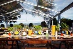 婚姻或另一顿承办宴席的事件晚餐的表集合 意大利别墅 图库摄影