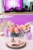 婚姻或另一顿承办宴席的事件晚餐的表集合 免版税库存图片