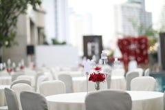婚姻或另一顿承办宴席的事件晚餐的,美好用餐的豪华婚礼桌设置表集合在户外 免版税库存图片