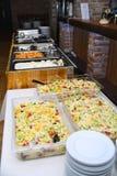 婚姻或周年的承办酒席食物在自助餐桌上 库存照片