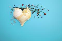 婚姻爱幸福小卵石的华伦泰` s心脏葡萄酒蓝色背景手工制造干燥分支上色了2月14日 免版税库存图片