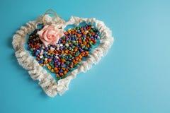 婚姻爱幸福小卵石的华伦泰` s心脏葡萄酒蓝色背景手工制造干燥分支上色了2月14日 免版税库存照片