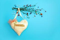 婚姻爱幸福小卵石的华伦泰` s心脏葡萄酒蓝色背景手工制造干燥分支上色了2月14日 图库摄影