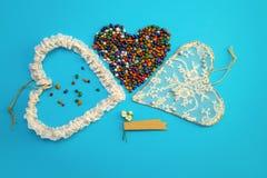 婚姻爱幸福小卵石的华伦泰` s心脏葡萄酒蓝色背景手工制造干燥分支上色了2月14日 库存图片