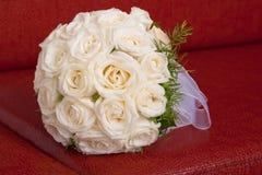 婚姻白色的花束新娘玫瑰 库存照片