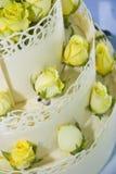 婚姻白色的蛋糕玫瑰 库存图片