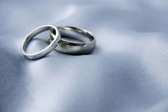 婚姻白色的金戒指 免版税图库摄影