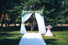 婚姻的仪式户外 婚礼曲拱装饰了花 免版税图库摄影